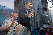 USA New York City Manhattan Bergdorf Goodman Fifth Avenue Shopping Strassenszene Mode Bekleidung Weihnachtsdekoration Schaufenster Reflektion Weihnachtsgeschaeft Weihnachten Wirtschaft Handel Stadtansicht Konsum einkaufen Amerika.