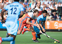 WAALWIJK -  RABO SUPER SERIE . Bob de Voogd (Ned) met Chinglensana Singh (Ind)    tijdens  de hockeyinterland heren  Nederland-India (3-4),  ter voorbereiding van het EK,  dat vrijdag 18/8 begint.  COPYRIGHT KOEN SUYK
