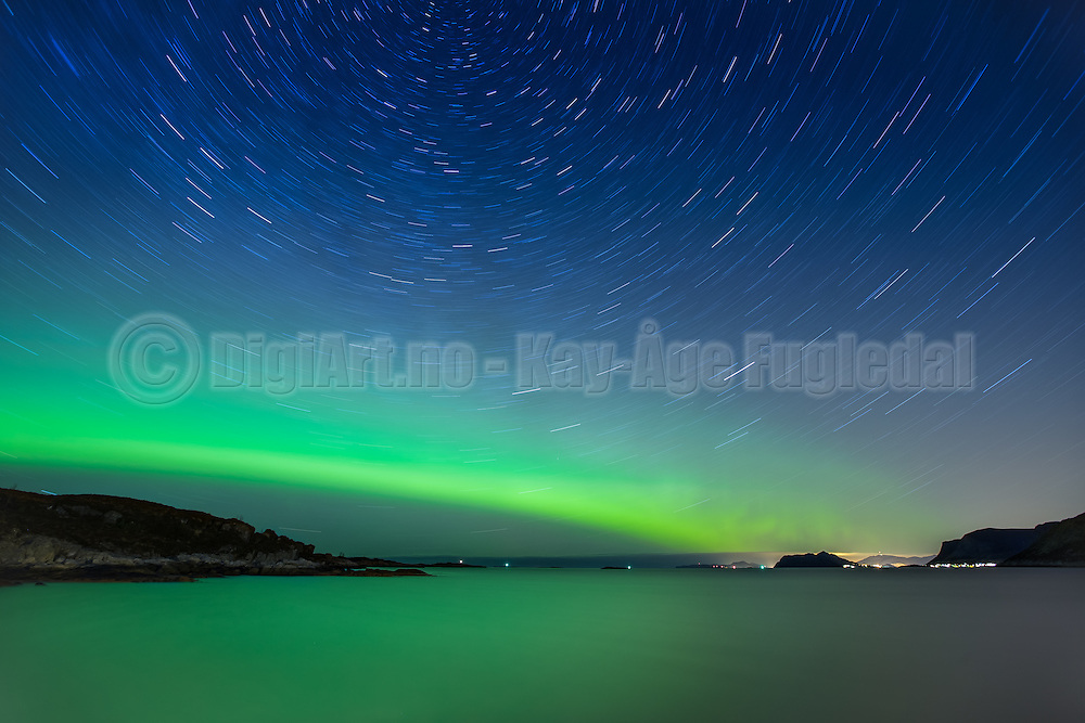 Northern light with startrails. Exposed for about 20 minutes. | Nordlys med stjernespor. Eksponert i ca 20 minutt.