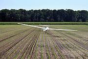 Nederland, Maasbree, 19-8-2011Een zweefvliegtuig heeft een noodlanding gemaakt in een akker.Foto: Flip Franssen/Hollandse Hoogte