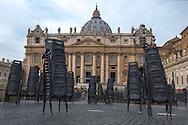 Le sedie nei settori destinati ai pellegrini in piazza San Pietro - Chairs in the areas intended for pilgrims, St. Peter's Square