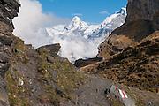 Bild von Bergweg mit Sicht auf Mönch und Jungfrau in Wolken