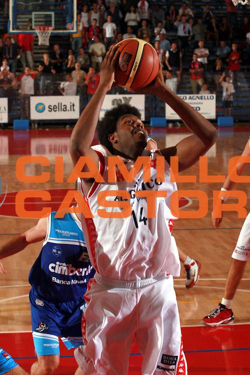 DESCRIZIONE : Biella Precampionato Lega A1 2006 2007 Angelico Biella Cimberio Novara <br />GIOCATORE : Daniels<br />SQUADRA : Angelico Biella<br />EVENTO : Precampionato Lega A1 2006 2007 Angelico Biella Cimberio Novara <br />GARA : Angelico Biella Cimberio Novara<br />DATA : 20/09/2006 <br />CATEGORIA :  Tiro<br />SPORT : Pallacanestro <br />AUTORE : Agenzia Ciamillo-Castoria/S.Ceretti <br />Galleria :  Lega Basket A1 2006-2007<br />Fotonotizia : Biella Precampionato Lega A1 2006 2007 Angelico Biella Cimberio Novara<br />Predefinita :