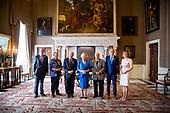 Prinses Beatrix reikt Zilveren Anjers uit