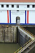 El edificio de las esclusas de miraflores es adornado por franjas tricolor en el dia de la bandera. Usualmente es adornado con estas franjas en los dias patrios de Panama. Panama, 4 de Noviembre de 2009 (Andres E. Rivera/istmophoto).