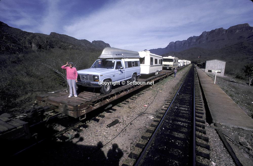 there is no road crossing the sierra Madre, so the mobil home must take the train  ..  ..Il n'y a pas de route traversant la Sierra Madre, les mobile home doivent emprunter le train pour faire la traversee et rejoindre la côte pacifique. ..R00040/2    L0007342  /  R00040  /  P0003429