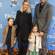 NLD/Amsterdam/20191116 - Filmpremiere Frozen II, Jim Bakkum met partner Bettina Holwerda en hun kinderen Lux en Pozy