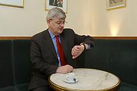 20 MAR 2003, BERLIN/GERMANY:<br /> Joschka Fischer, B90/Gruene, Bundesaussenminister, schaut auf die Uhr, waehrend einem Interview, Cafe am Schiffbauerdamm<br /> Joschka Fischer, Green Party, Minister of foreign affairs, during an interview<br /> IMAGE: 20030320-01-022