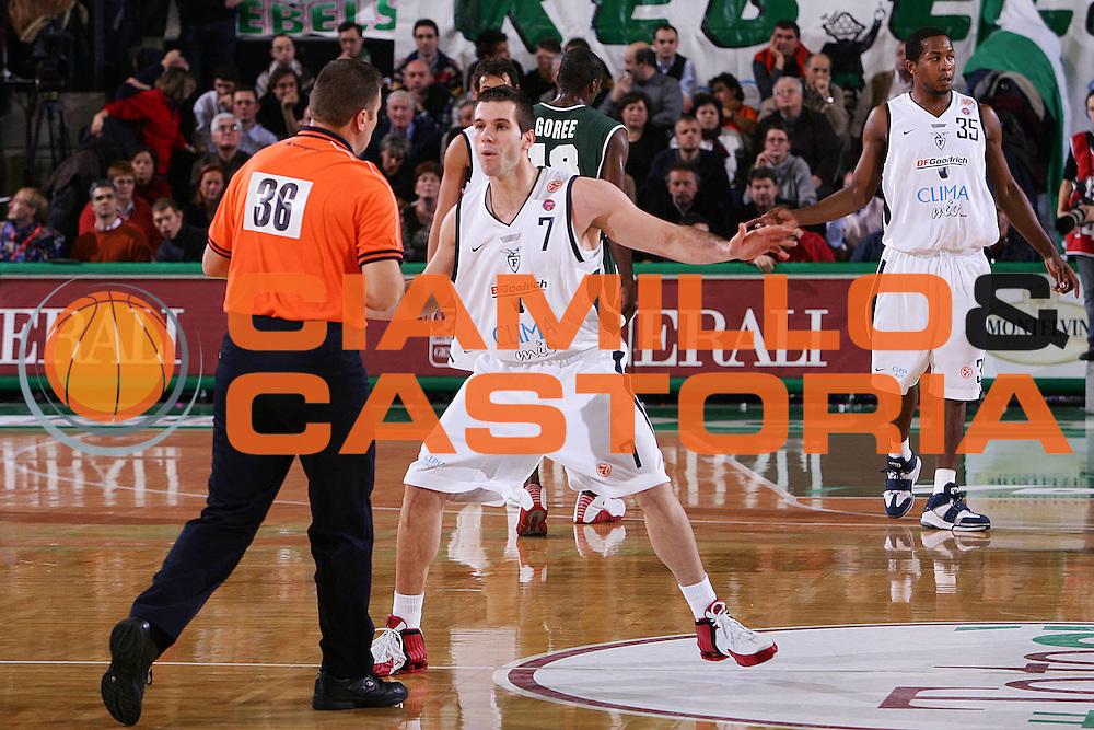 DESCRIZIONE : Treviso Eurolega 2005-06 Benetton Treviso  Climamio Fortitudo Bologna <br /> GIOCATORE : Becirovic Arbitro Referee <br /> SQUADRA : Climamio Fortitudo Bologna <br /> EVENTO : Eurolega 2005-2006 <br /> GARA : Benetton Treviso Climamio Fortitudo Bologna <br /> DATA : 17/11/2005 <br /> CATEGORIA : Delusione <br /> SPORT : Pallacanestro <br /> AUTORE : Agenzia Ciamillo-Castoria/S.Silvestri