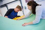 Teamleden leggen de schuimmatten in de mal voor de carbon kappen. In Delft wordt de VeloX 7 gebouwd in de D:Dreamhall. In september wil het Human Power Team Delft en Amsterdam, dat bestaat uit studenten van de TU Delft en de VU Amsterdam, tijdens de World Human Powered Speed Challenge in Nevada een poging doen het wereldrecord snelfietsen voor vrouwen te verbreken met de VeloX 7, een gestroomlijnde ligfiets. Het record is met 121,44 km/h sinds 2009 in handen van de Francaise Barbara Buatois. De Canadees Todd Reichert is de snelste man met 144,17 km/h sinds 2016.<br /> <br /> In Delft the Velox 7 is produced. With the VeloX 7, a special recumbent bike, the Human Power Team Delft and Amsterdam, consisting of students of the TU Delft and the VU Amsterdam, also wants to set a new woman's world record cycling in September at the World Human Powered Speed Challenge in Nevada. The current speed record is 121,44 km/h, set in 2009 by Barbara Buatois. The fastest man is Todd Reichert with 144,17 km/h.