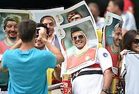 FUSSBALL WM 2014  VORRUNDE    Gruppe G     Deutschland - Portugal              16.06.2014 Lustige Idee: Fans schauen durch ein uebergrosses Paninibild mit dem Portrait von Christiano Ronaldo