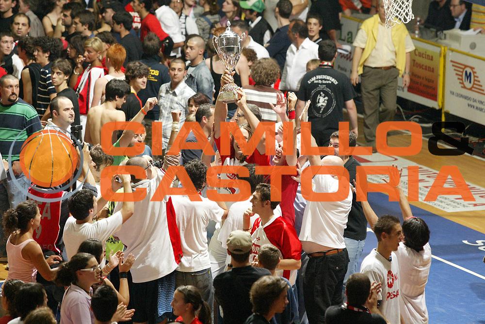 DESCRIZIONE : Pavia Lega A2 2006-07 Playoff Finale Gara 4 Edimes Pavia Scavolini Spar Pesaro<br /> GIOCATORE : Fabrizio Faccenda Tifosi<br /> SQUADRA : Scavolini Spar Pesaro<br /> EVENTO : Campionato Lega A2 2006-2007 Playoff Finale Gara 4<br /> GARA : Edimes Pavia Scavolini Spar Pesaro<br /> DATA : 03/06/2007 <br /> CATEGORIA : Esultanza<br /> SPORT : Pallacanestro <br /> AUTORE : Agenzia Ciamillo-Castoria/G.Cottini