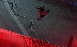05.02.2018, Lechnerberg, Kaprun, AUT, Nacht der Ballone, im Bild Snowboarder // Snowboarder during the International Balloonalps Week, Lechnerberg, Kaprun, Austria on 2018/02/05. EXPA Pictures © 2018, PhotoCredit: EXPA/ Stefanie Oberhauser