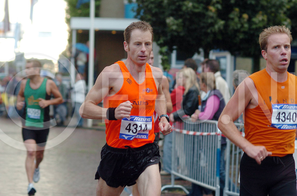 060804,dalfsen,nederland,<br /> halve marathon in dalfsen,<br /> fotografiefrankuijlenbroek&copy;2006sanderuijlenbroek