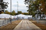 Nederland, the Netherlands, Nijmegen, 25-10-2015 Kamp, tentenkamp Heumensoord, de tijdelijke noodopvang, azc, van het COA. Plaats voor 3000 asielzoekers. Op het kamp wordt nog gewerkt aan de laatste fase alsmede aan de infrastructuur voor elektra, afvoer en water. Ook wordt er een schooltje opgezet voor onderwijs aan de kinderen. FOTO: FLIP FRANSSEN