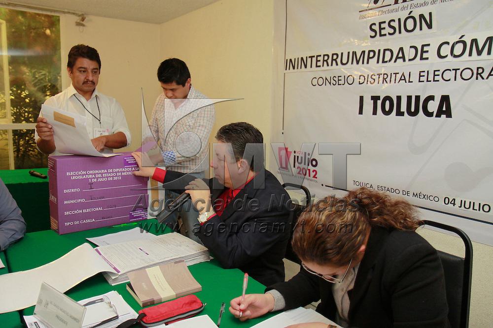 Toluca, México.- Los consejos delos 45 distritos locales y los 16 órganos desconcentrados del IEEM en sesión ininterrumpida iniciaron los cómputos de la elección realizada el domingo 1 de julio, para diputados locales y presidentes municipales. Agencia MVT / Crisanta Espinosa