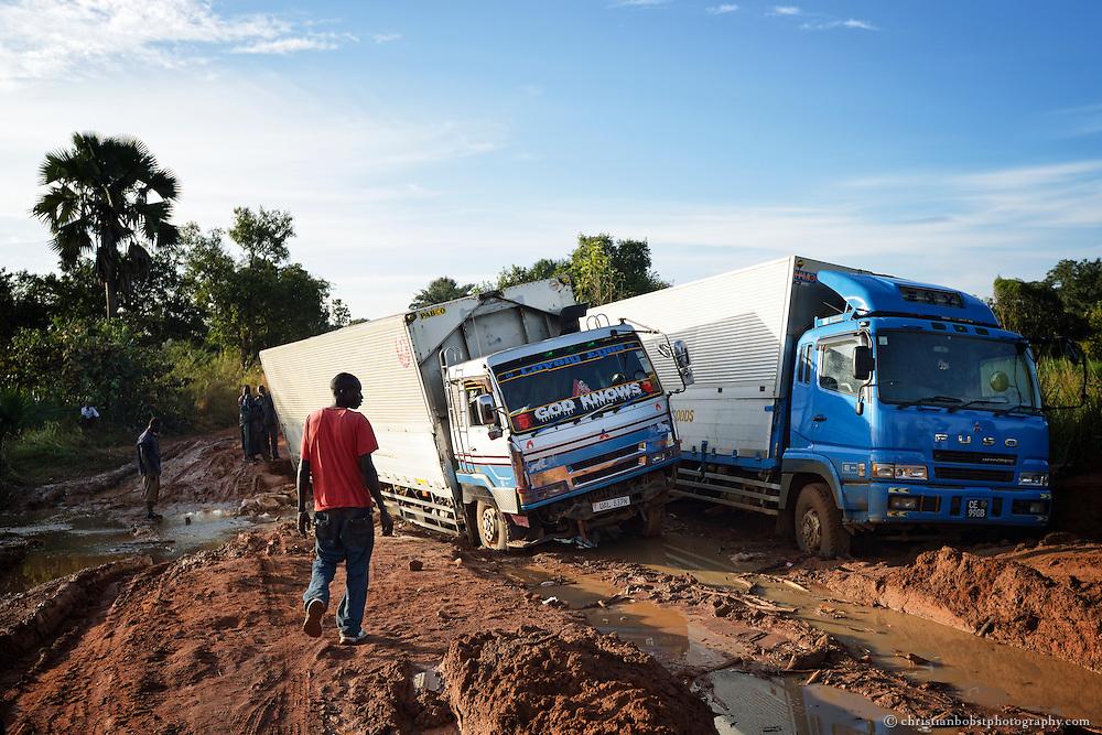Lastwagen stecken im auf der Strasse von Yei nach Kaya (Uganda) im Schlamm der aufgeweichten Strasse fest.