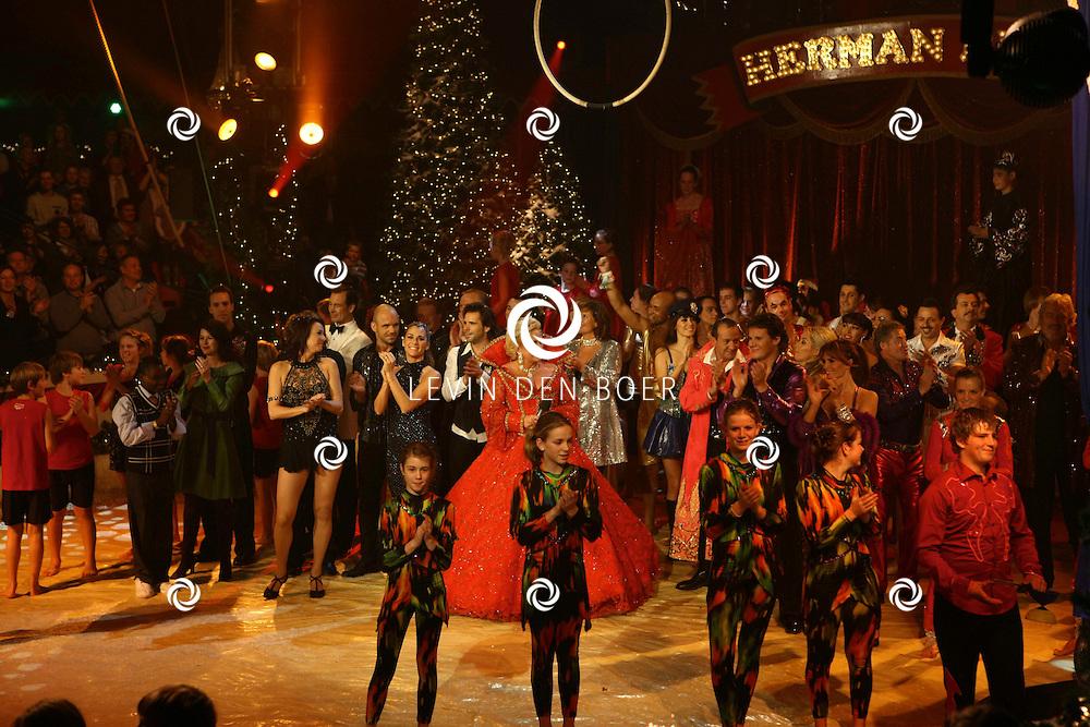 HELMOND - In de tent van Circus Herman Renz werden de opnames van de RTL4 KidsRights KerstSterrenCircus opgenomen. Met op de foto Karin Bloemen en alle artiesten. FOTO LEVIN DEN BOER / PERSFOTO.NU