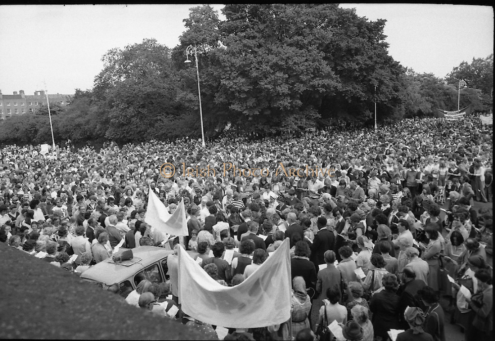 Women's Peace March In Dublin  (K50)..1976..28.08.1976..08.28.1976..28th August 1976..As part of the Peace Movement, set up by Ms Betty Williams and Ms Mairead Maguire in Northern Ireland, a march was organised for Dublin. Thousands of women took part in the march from St Stephen's Green, Dublin to the seat of government in Leinster House on Merrion Square, Dublin, to protest the continuing violence within the country..Image shows the massive turnout of women who took part in the Peace March in Dublin.