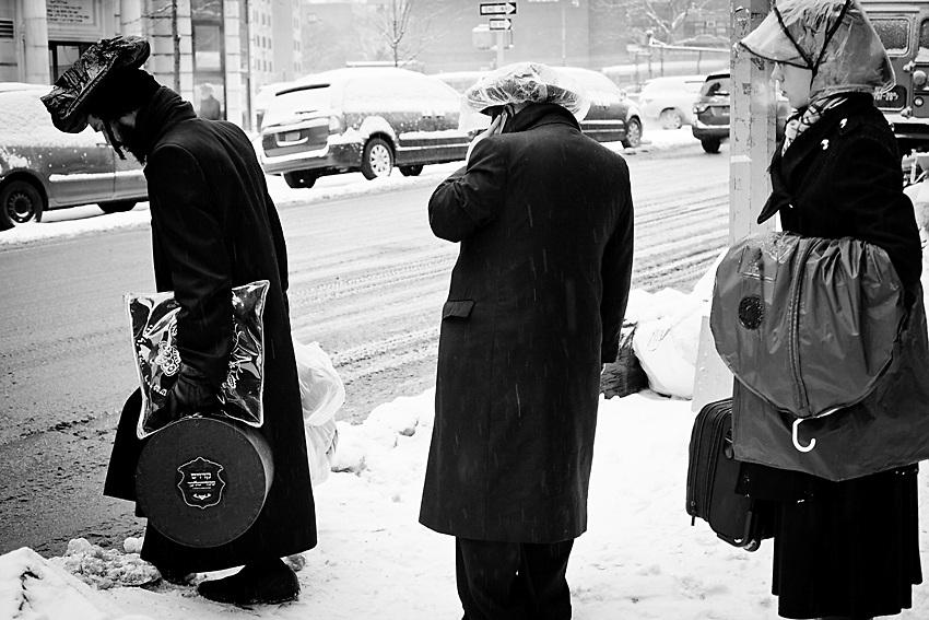 La domenica e` il giorno piu` trafficato sui i bus della Monsey Tour perche` la gente che ha passato lo Shabbat a Williamsburg decide di tornare a casa quel giorno. Ecco qui una fila di persone che aspetta il pulman. Foto scattato il 16 Febbraio, 2014.
