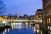 Amstel Nähe Muntplein bei Dämmerung, Amsterdam, Holland, Niederlande