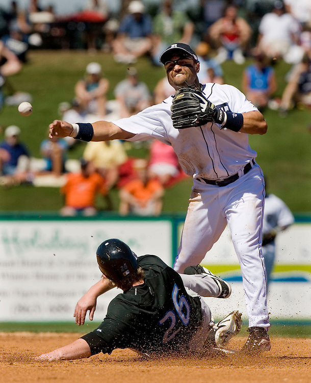 Detroit Tigers second baseman Placido Polanco attempts to turn the double play after forcing out the Toronto Blue Jays' Adam Lind during the second inning of their MLB spring training baseball game in Lakeland, Florida March 6, 2007.  REUTERS/Scott Audette(UNITED STATES)