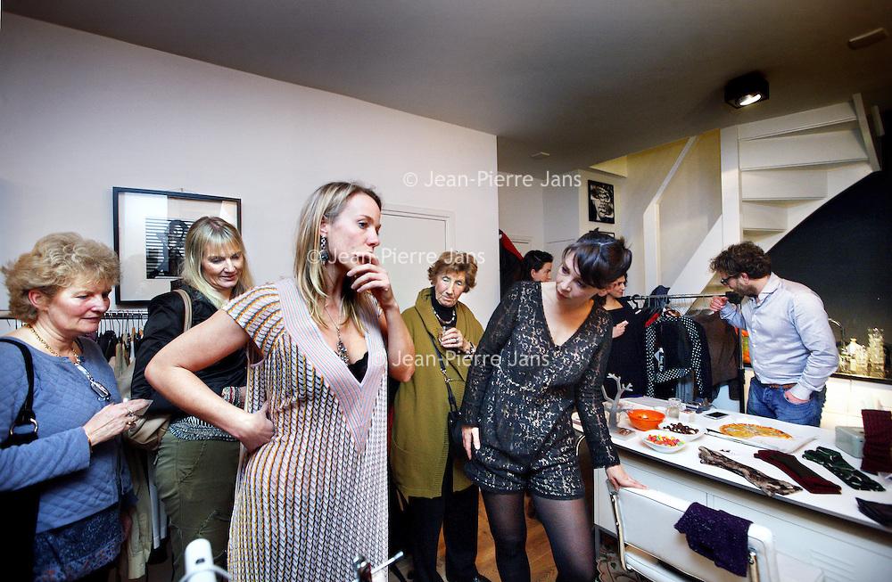 Nederland, Amsterdam , 29 november 2013.<br /> fashion-party (mode verkopen bij mensen thuis) in dit geval bij S. Bommelj&eacute;, &nbsp;1e Goudsbloemdwarsstraat 1c.<br /> Foto:Jean-Pierre Jans