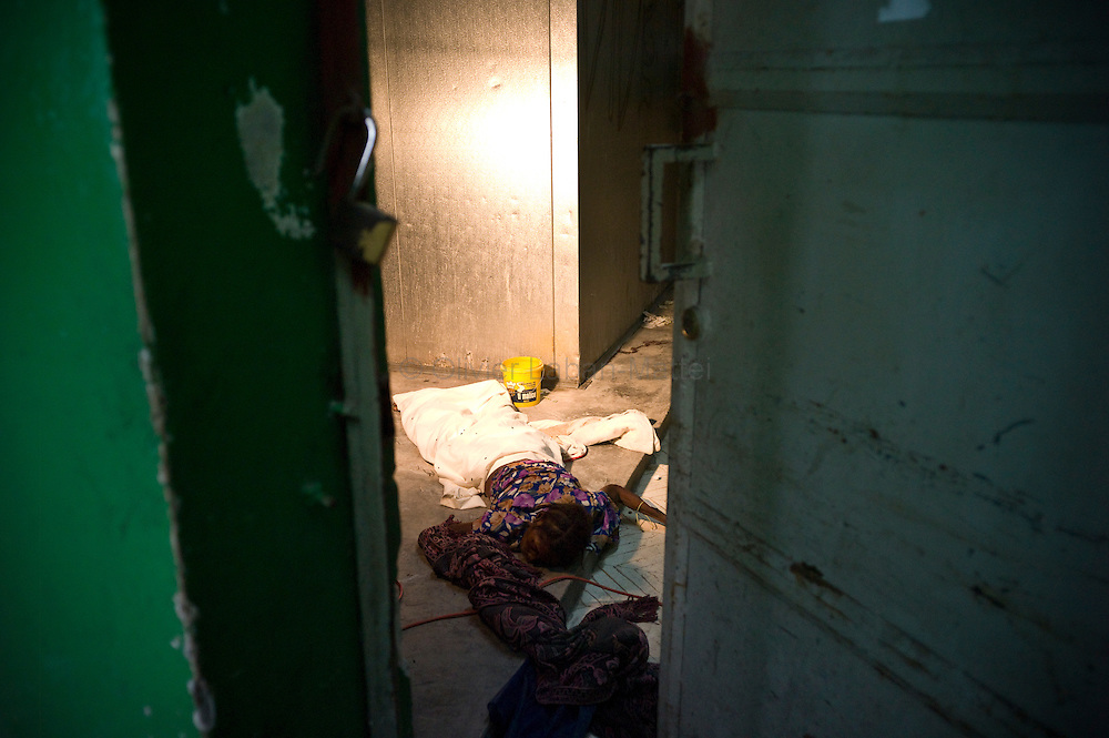 Ten days before the presidential elections, Port-au-Prince continues to be affected by the cholera epidemic, the number of victims still increasing in the capital./// the body of a woman died as a result of cholera, lies down the ground of the general hospital's morgue in Port-au-Prince.
