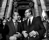 Roma   Giugno 1984 .Ciriaco De Mita (Democrazia  Cristiana) e Bettino Craxi (Partito Socialista Italiano) all'uscita dalla Chiesa del Santissimo Nome di Gesù dopo i funerali di  Toni Bisaglia (Democrazia Cristiana).
