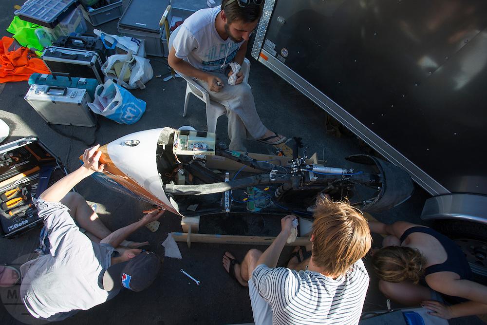 De VeloX V wordt opgeknapt na de val van Robert Braam. Het Human Power Team Delft en Amsterdam (HPT), dat bestaat uit studenten van de TU Delft en de VU Amsterdam, is in Amerika om te proberen het record snelfietsen te verbreken. Momenteel zijn zij recordhouder, in 2013 reed Sebastiaan Bowier 133,78 km/h in de VeloX3. In Battle Mountain (Nevada) wordt ieder jaar de World Human Powered Speed Challenge gehouden. Tijdens deze wedstrijd wordt geprobeerd zo hard mogelijk te fietsen op pure menskracht. Ze halen snelheden tot 133 km/h. De deelnemers bestaan zowel uit teams van universiteiten als uit hobbyisten. Met de gestroomlijnde fietsen willen ze laten zien wat mogelijk is met menskracht. De speciale ligfietsen kunnen gezien worden als de Formule 1 van het fietsen. De kennis die wordt opgedaan wordt ook gebruikt om duurzaam vervoer verder te ontwikkelen.<br /> <br /> The Human Power Team Delft and Amsterdam, a team by students of the TU Delft and the VU Amsterdam, is in America to set a new  world record speed cycling. I 2013 the team broke the record, Sebastiaan Bowier rode 133,78 km/h (83,13 mph) with the VeloX3. In Battle Mountain (Nevada) each year the World Human Powered Speed Challenge is held. During this race they try to ride on pure manpower as hard as possible. Speeds up to 133 km/h are reached. The participants consist of both teams from universities and from hobbyists. With the sleek bikes they want to show what is possible with human power. The special recumbent bicycles can be seen as the Formula 1 of the bicycle. The knowledge gained is also used to develop sustainable transport.