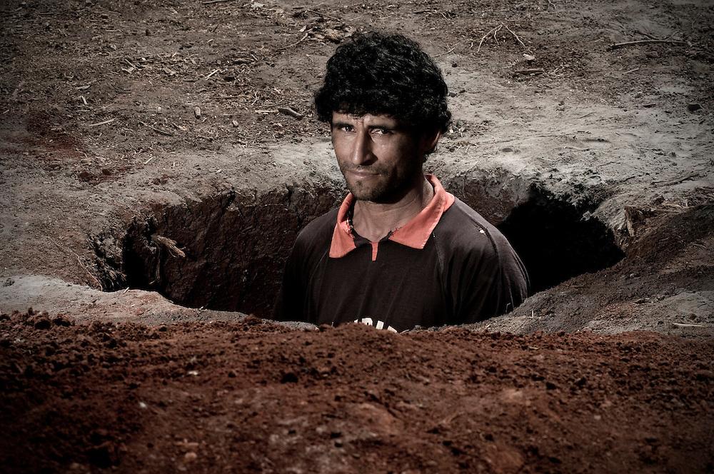 Itap&uacute;a, Paraguay<br /> <br /> Adem&aacute;s de robarse los animales y rociar los cultivos con glifosato, cuando llega el desalojo tapan todos los pozos de agua. Despu&eacute;s de constuir las casa, lo que sigue es volver a cavar.<br /> <br /> El asentamiento 13 de Mayo, en el departamento de Itapu&aacute;, Paraguay, fue desalojado 17 veces en seis a&ntilde;os y otras tantas volvieron a su tierra. Son 8 hect&aacute;reas ocupadas por 40 familias y reclamadas por los sucesores de Amado Cano Ortiz, el ex m&eacute;dico personal del dictador Alfredo Stroessner.