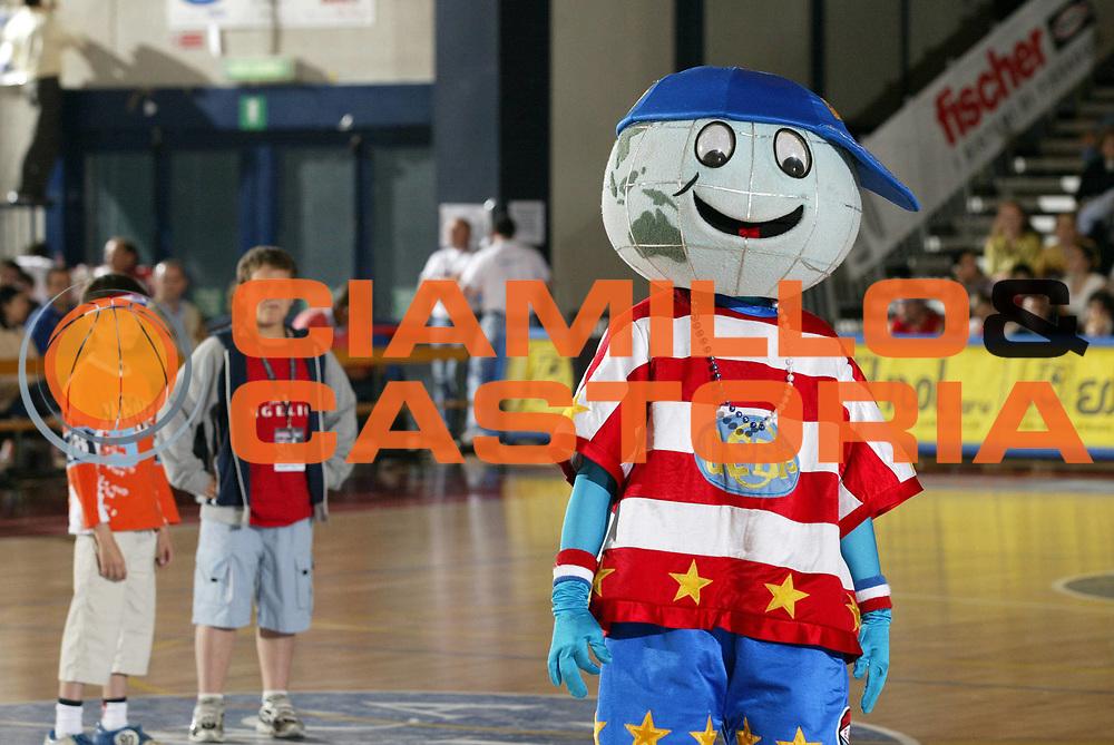 DESCRIZIONE : Biella Harlem Globetrotters Italian Tour 2006<br /> GIOCATORE : Globie<br /> SQUADRA : Harlem Globetrotters<br /> EVENTO : Harlem Globetrotters Italian Tour 2006<br /> GARA : Harlem Globetrotters Nationals<br /> DATA : 01/06/2006<br /> CATEGORIA : Mascotte<br /> SPORT : Pallacanestro<br /> AUTORE : Agenzia Ciamillo-Castoria/G.Cottini