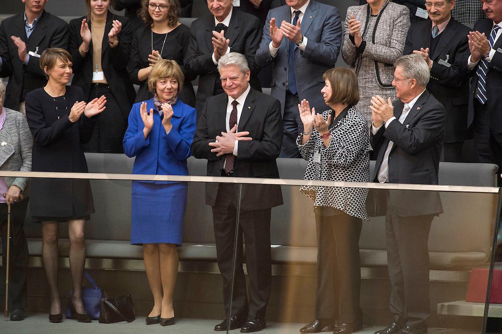 12 FEB 2017, BERLIN/GERMANY:<br /> Joachim Gauck, scheidender Bundespraesident, erhält Applaus, links: Elke Buedenbender, Ehefrau von Frank-Walter Steinmeier, und Daniela Schadt, Lebensgefaehrtin von Joachim Gauck, 16. Bundesversammlung zur Wahl des Bundespraesidenten, Reichstagsgebaeude, Deutscher Bundestag<br /> IMAGE: 20170212-02-053<br /> KEYWORDS: Elke Büdenbender, klatschen, applaudieren, Bundespraesidentenwahl, Bundespräsidetenwahl