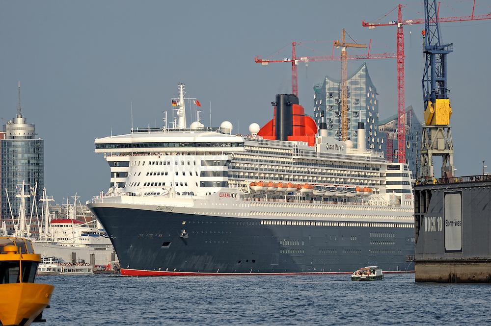 Queen Mary II vor der Elbphilharmonie bei der Ausfahrt aus dem Hafen.
