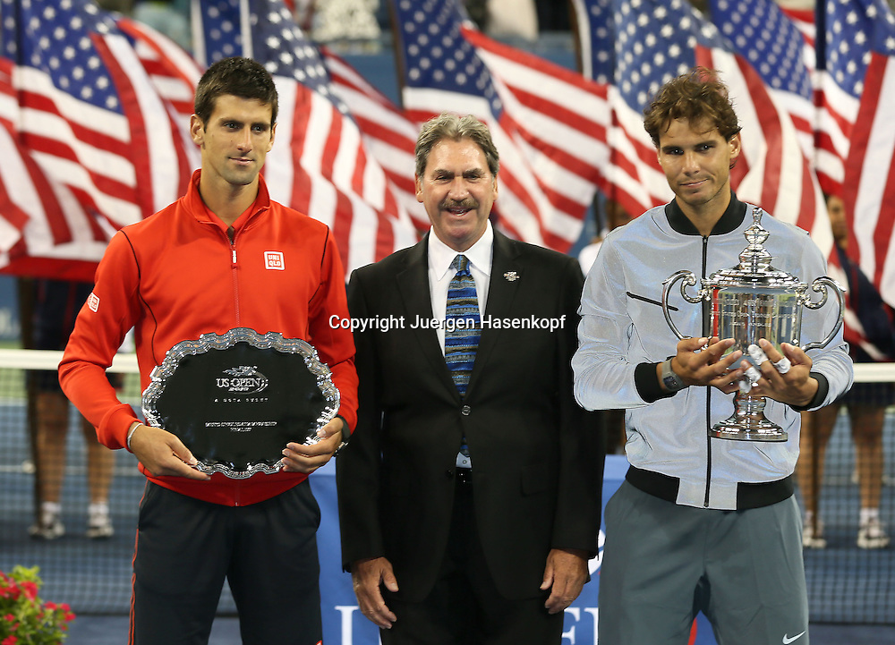 US Open 2013, USTA Billie Jean King National Tennis Center, Flushing Meadows, New York,<br /> ITF Grand Slam Tennis Tournament,Herren Endspiel,Finale,Siegerehrung,Praesentation, L-R. Finalist Novak Djokovic (SRB),USTA Praesident david haggerty und Sieger Rafael Nadal (ESP) mit Pokal,Schale,Halbkoerper,Querformat