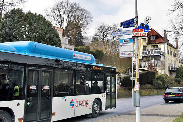 Nederland, Beek-Ubbergen, 28-2-2018Dorpsbewoners hebben een protesbord geplaats bij een bushalte in het dorp die binnenkort opgeheven zal worden . De streekbus zal dan niet meer door het dorp rijden . Busje Komt Zo staat er op het bord .Foto: Flip Franssen