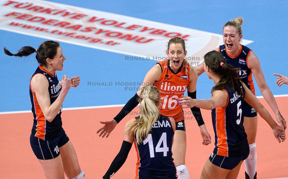 07-01-2016 TUR: European Olympic Qualification Tournament Nederland - Kroatie, Ankara<br /> Nederland verslaat Kroati&euml; met 3-0 en gaat als groepswinnaar de halve finale in / Vreugde bij Debby Stam-Pilon #16, Lonneke Sloetjes #10, Maret Balkestein-Grothues #6, Laura Dijkema #14, Robin de Kruijf #5