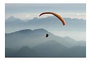 Parapente en Gruyère, depuis le Moléson. Gleitschirmflieger im Greyerz, Blick vom Moléson auf Voralpen und Alpen. © Romano P. Riedo