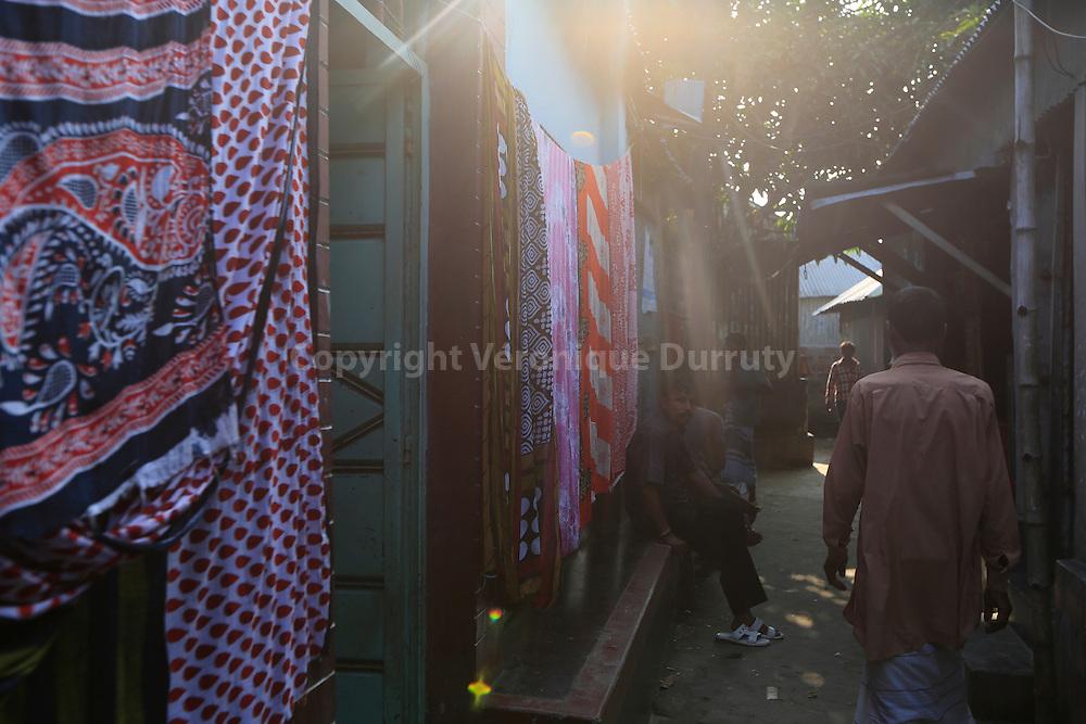 With about 1800 girls, Daulotdia brothel is one of the biggest brothels in the world. In the brothel streets // avec environ 1800 filles, le bordel de Daulotdia au Bangladesh est l un des plus grands bordels du monde. Dans les rues du bordel