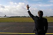 Foto: Flip Franssen, NVF. Tel.: 024-3238442..Directeur van Elk wuift het eerste ,volgeboekte, vlietuig van Ryanairuit wat vertrekt van Airport Niederrhein, het voormalig militair vliegveld Laarbruch vlak over de Nederlandse grens bij Bergen, N-Limburg. dagelijks vertrekken voorlopig drie vluchten naar Londen.