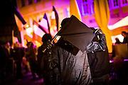 Frankfurt | 07 October 2016<br /> <br /> Am Freitag (07.10.2016) versammelten sich in Wetzlar etwa 80 Neonazis aus dem Umfeld der NPD, von neonazistischen Freien Kameradschaften, dem sog. Freien Netz Hessen und der Identit&auml;ren Bewegung zu einer Demonstration &quot;gegen &Uuml;berfremdung&quot;. Die geplante Demo-Route war von etwa 1600 Anti-Nazi-Aktivisten blockiert, daher wurde den Neonazis eine neue Demoroute durch Altstadt und Innenstadt von Wetzlar vorbei am Wetzlarer Dom zugewiesen. Auch hier stellten sich den Rechten immer wieder Aktivisten in den Weg.<br /> Hier: W&auml;hrend der Zwischenkundgebung der Neonazi-Demo vor dem Dom von Wetzlar versteckt sich ein Neonazi hinter einer kleinen schwarzen Fahne, deren Stange auch als Schlagstock genutzt wird, vor den Kameras anwesender Journalisten.<br /> <br /> photo &copy; peter-juelich.com<br /> <br /> FOTO HONORARPFLICHTIG, Sonderhonorar, bitte anfragen!