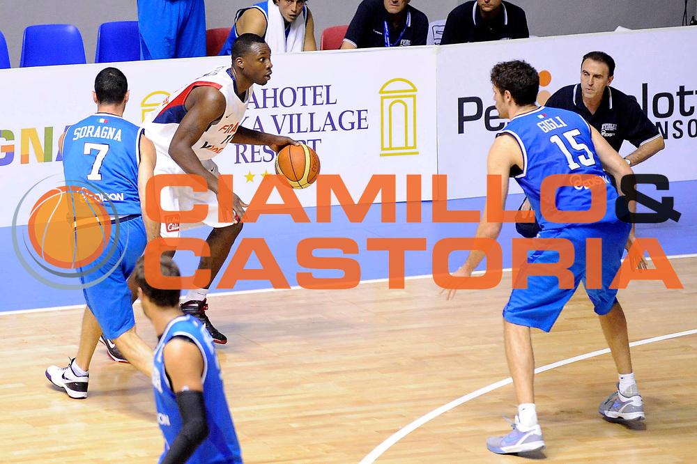 DESCRIZIONE : Cagliari Eurobasket Men 2009 Additional Qualifying Round Italia Francia<br /> GIOCATORE : Florent Pietrus<br /> SQUADRA : Francia France<br /> EVENTO : Eurobasket Men 2009 Additional Qualifying Round <br /> GARA : Italia Francia Italy France<br /> DATA : 05/08/2009 <br /> CATEGORIA : palleggio<br /> SPORT : Pallacanestro <br /> AUTORE : Agenzia Ciamillo-Castoria/G.Ciamillo