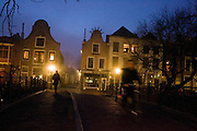 Utrecht in een mistige winteravond