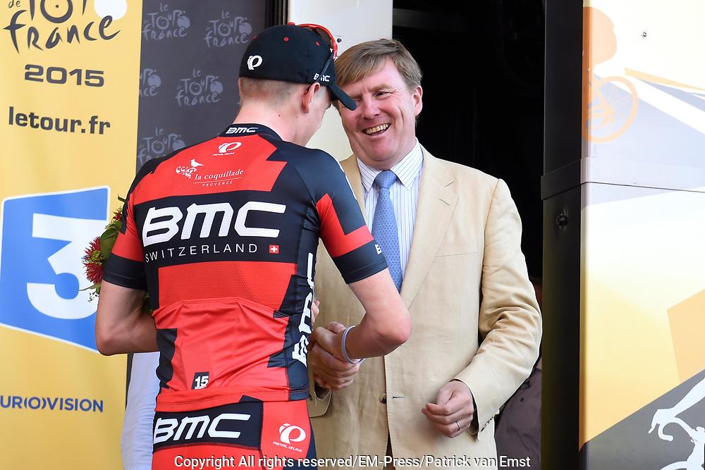 Uitreiking Gele trui na eerste etappe in Utrecht na de individuele tijdrit van 13,8 km.<br /> <br /> Presentation Yellow jersey after the first stage in Utrecht after the individual time trial of 13.8 km.<br /> <br /> Op de foto / On the photo:   Winnaar eerste etappe (tijdrit) Dennis Rohan wordt gefeliciteerd door Koning Willem Alexander / <br /> Winner of the first stage (individual time trial) Dennis Rohan is congratulated by King Willem Alexander