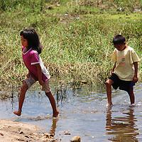 Niños jugando en el Puerto de Samariapo, estado Amazonas, Venezuela. ©Jimmy Villalta