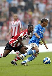 17-09-2006 VOETBAL: PSV - FEYENOORD: EINDHOVEN <br /> PSV verslaat in eigen huis Feyenoord met 2-1 / Edison Mendez en Jonathan de Guzman<br /> &copy;2006-WWW.FOTOHOOGENDOORN.NL