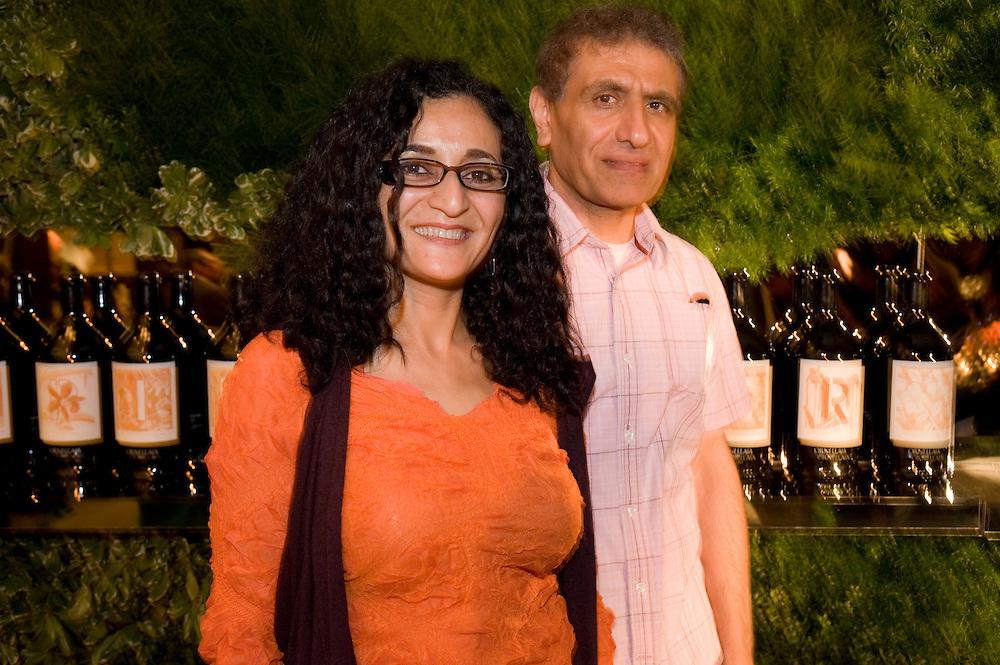 Empfang im Whitney Museum, vlnr: .Gahda Amer, Reza Farkhonden vor den versteigerten Flaschen..Die international bekannten Kuenstler Gahda Amer (geb. in Aegypten) und Reza Farkhonden (geb. in Iran) leben und arbeiten in Harlem, New York. Sie wurden von dem toscanischen Weinhaus Tenuta Dell'Ornellaia beauftragt, die Etiketten fuer eine Sonderauflage eines Weines zu gestalten. Diese Auflage wurde waehrend eines Festessens am 28.4.2010 im Whitney Museum zu hohen Preisen versteigert. Dazu wurde eigens der Weinauktionaer des Hauses Sotheby's verpflichtet.