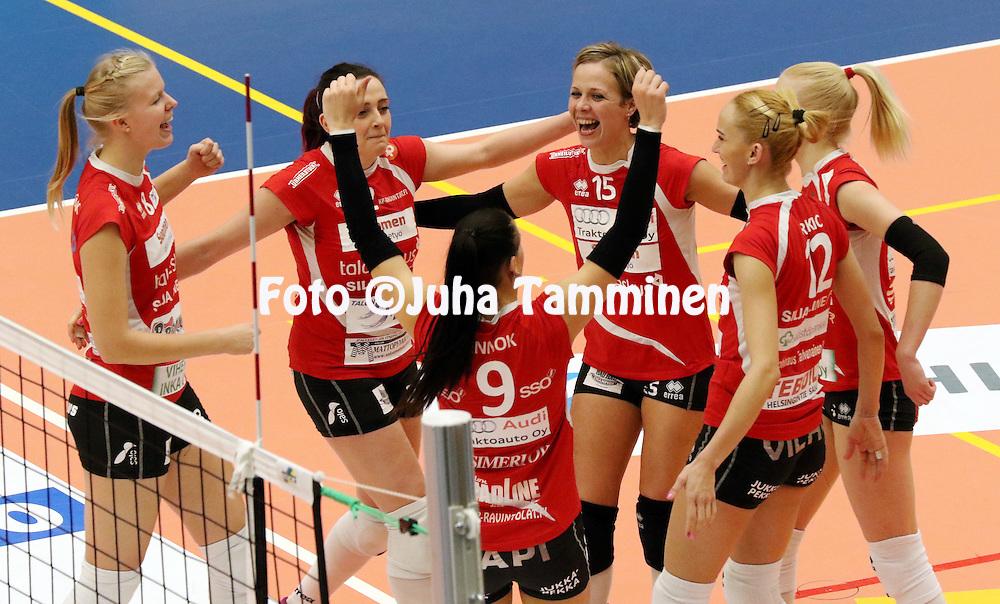 4.1.2015, Elenia Areena, H&auml;meenlinna.<br /> Lentopallon Naisten Suomen Cup 2014-15, loppuottelu. <br /> LP Viesti, Salo - H&auml;meenlinnan Pallokerho.<br /> LP Viesti juhlii, vasemmalta Laura Pihlajam&auml;ki, Lena Lymareva, Viktoriia Tuchasvili (15), Anu Ennok (9), Dubravka Rakic &amp; Noora Kosonen.