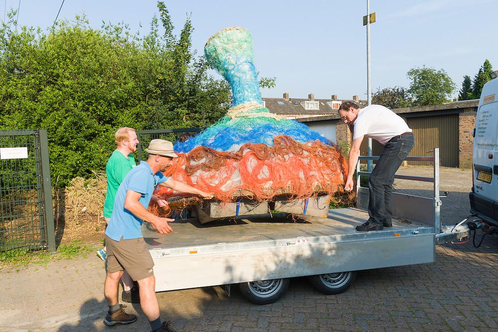 Nederland, Den Bosch, 20150703<br /> Kunstwerk op de vijver in stadsdeel Orthen. Kunstkamers Orthen nav. het 1200-jarig bestaan van Orthen<br /> de Ontvanger, de Drager en de Drijver vormen het project van Evalore Beukers en Arwen Beernink<br /> ge&iuml;nspireerd op het werk en gedachtegoed van de middeleeuwse schilder Jheronimus Bosch. <br /> Theater, kunst en muziekroute door Orthen.<br /> <br /> Netherlands, Den Bosch, 20150703<br /> Receiver, Carrier and Tracker make the project Evalore Beukers and Arwen Beernink<br />  objects inspired by the work and ideas of the medieval painter Hieronymus Bosch.