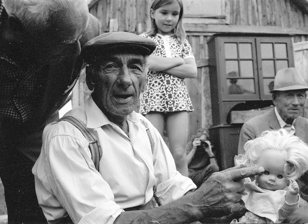 Gammal man med docka i Ronehamn Gotland sommaren 1972.foto © Bernt Lindgren